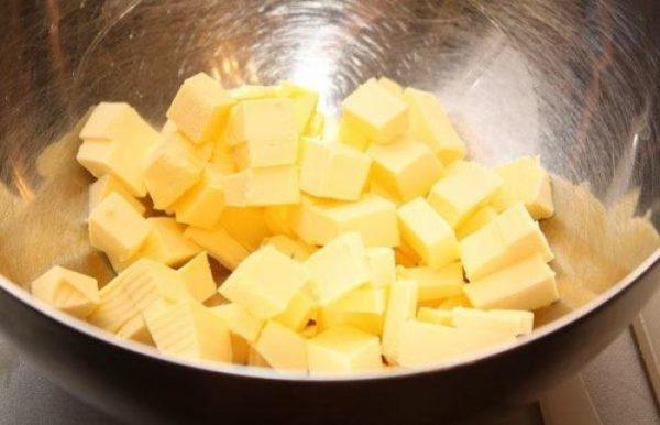 Сливочное масло, нарезанное кубиками