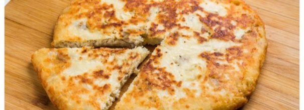 Сырная лепёшка с курицей, приготовленная на сковороде