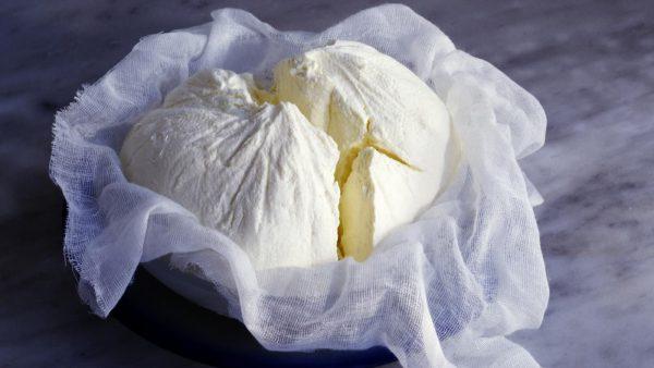 Сырная масса в дуршлаге