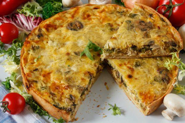 Готовый открытый пирог с курицей и грибами