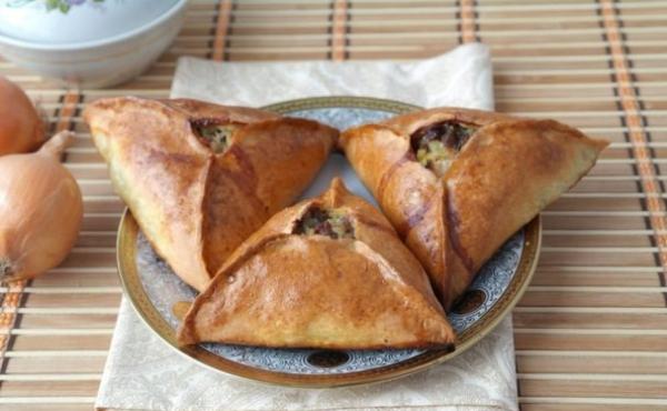 Готовые татарские пирожки на тарелке