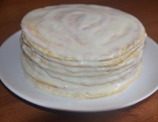 Торт из коржей со сметанным кремом на тарелке