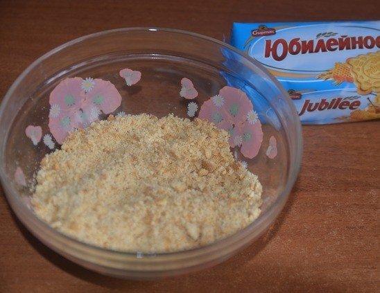 Измельчённое в крошку печенье в стеклянной ёмкости