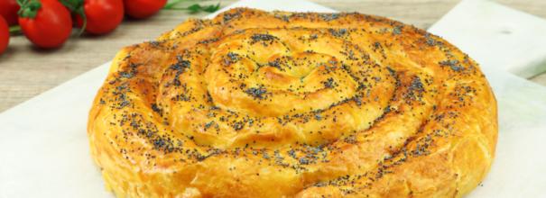 Пирог из слоёного теста с сосисками и сыром