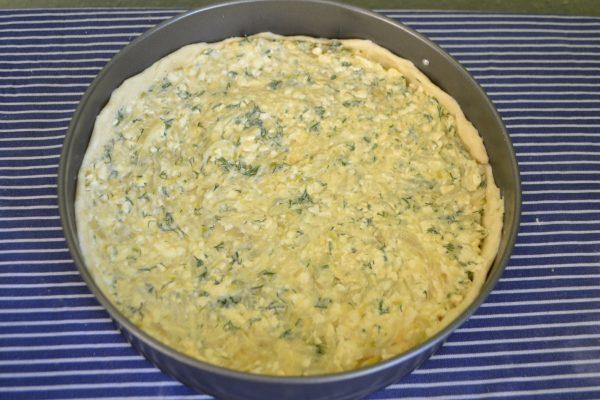 Сформированный пирог с луком и сыром