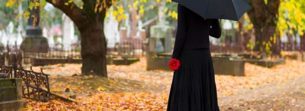 женщина на кладбище