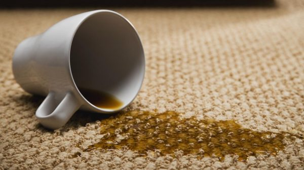 чай, пролитый на ковёр