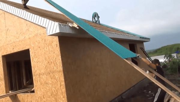 Подъём профлиста на крышу