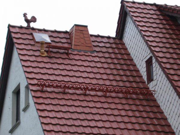 Крыша из металлочерепицы со снегозадержателями