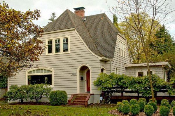Полувальмовая форма крыши частного дома