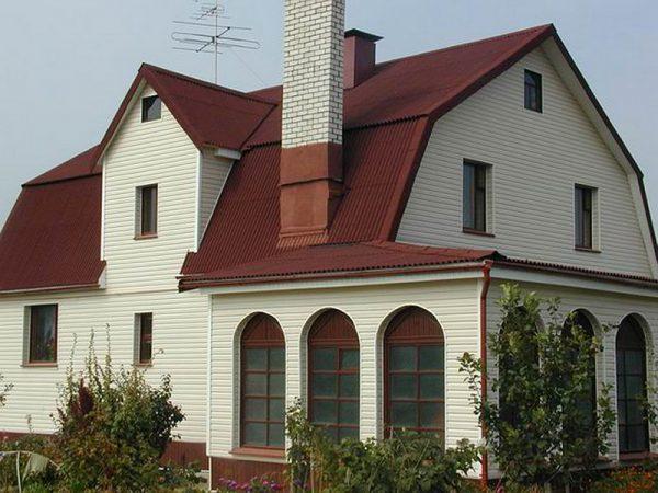 Вальмовая форма крыши большого дома