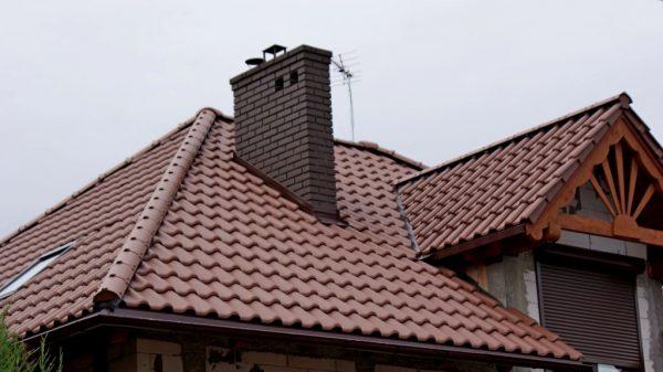 Агнобированная черепица на крыше дома