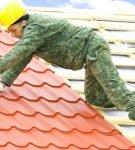 Монтаж металлочерепицы на двускатную крышу