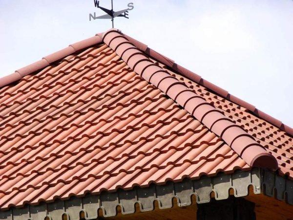 Крыша, покрытой полимерпесчаной черепицей
