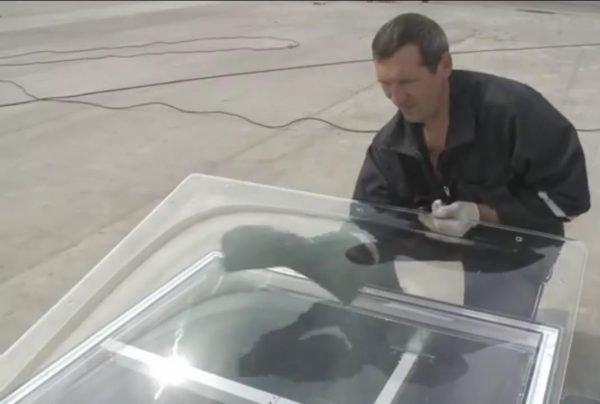 Мастер протирает акриловый купол