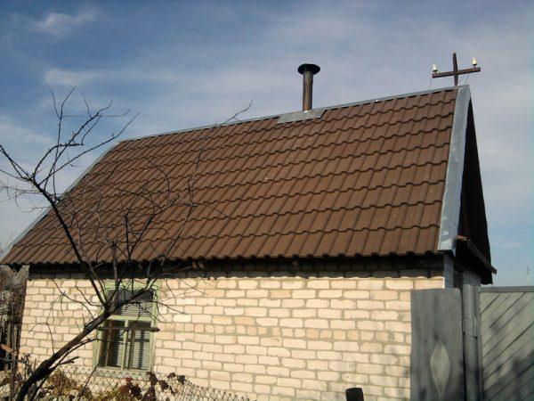 Двускатная крыша с покрытием из полимерной черепицы