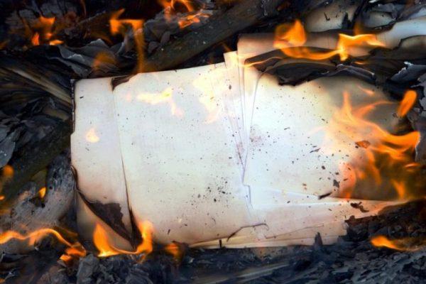 Сжигание бумаги в топке