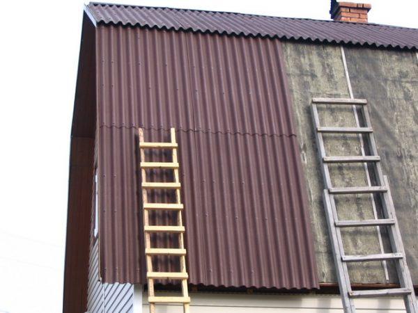 Приставная лестница на крыше из ондулина