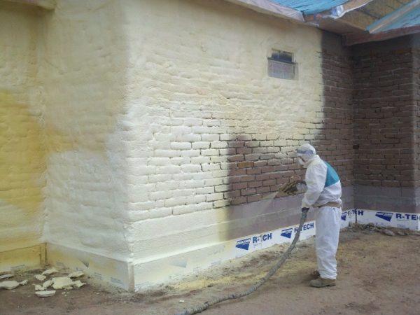 Нанесение пенополиуретана на стену