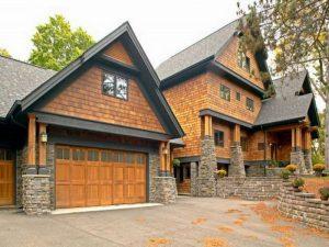 Дома с деревянными кровлями смотрятся очень импозантно.