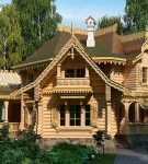 Деревянный дом со сложной крышей