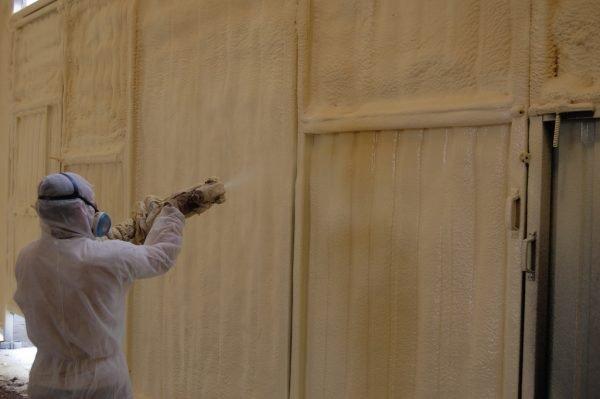 Напыление пенополиуретана на металлические стены