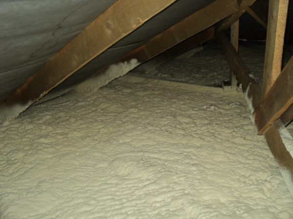 Пенополиуретан на полу чердака жилого дома
