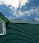 Крыша жилого дома из зеленого профнастила