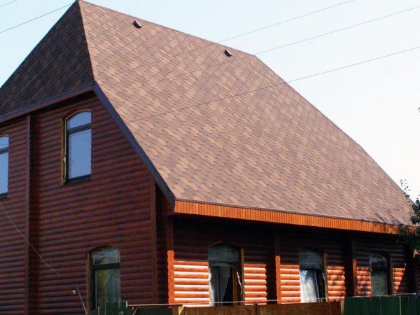 Дом с вальмовой крышей с битумной черепицей