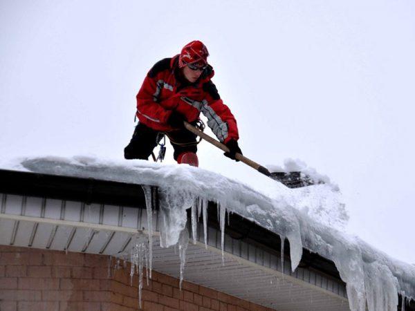 Очистка крыши из битумной черепицы от снега