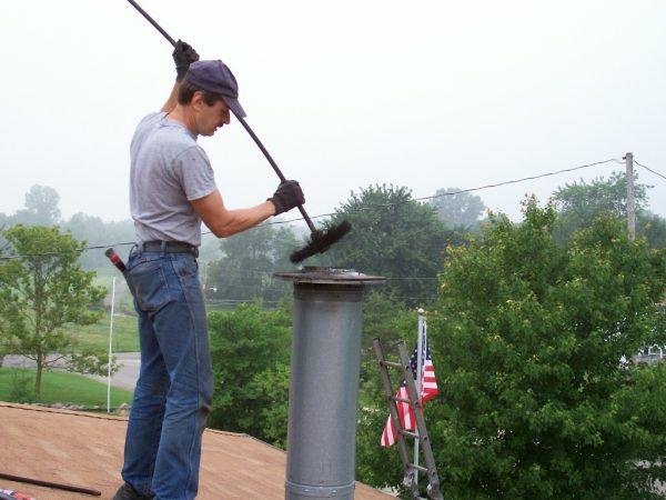 Прочистка дымовой трубы от сажи