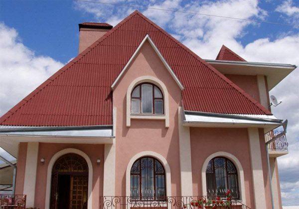 Кровля дома, покрытая красным ондулином