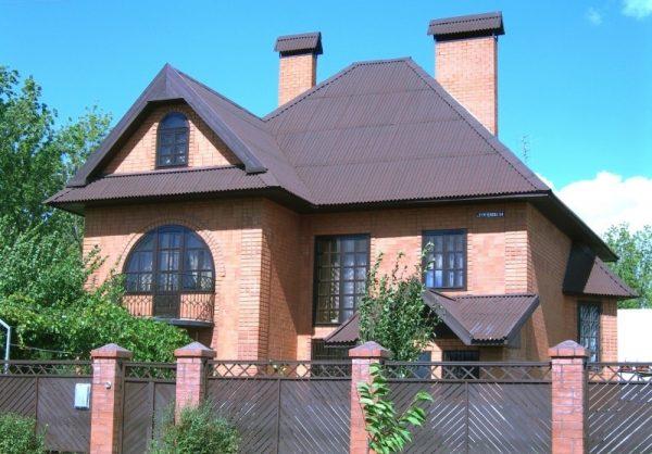 Коричневый ондулин на крыше дома