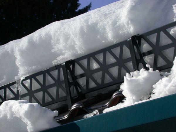 Удержание и разделение снега снегозадержателем
