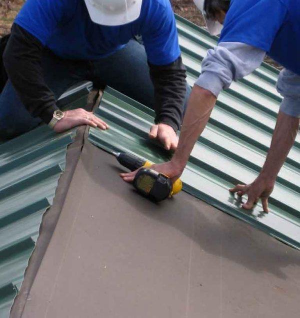 Укладка профнастила на двускатную крышу