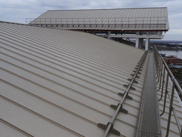 Крыша, оснащенная трубчатыми снегозадержателями