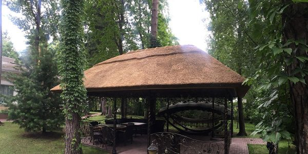 Беседка с соломенной крышей