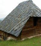 Деревянный дом со сланцевой крышей