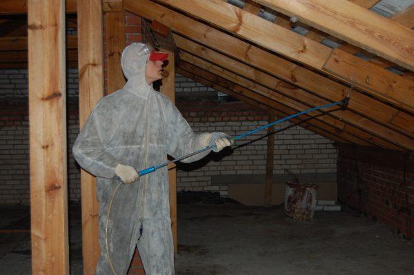 Обработка крыши антисептиком