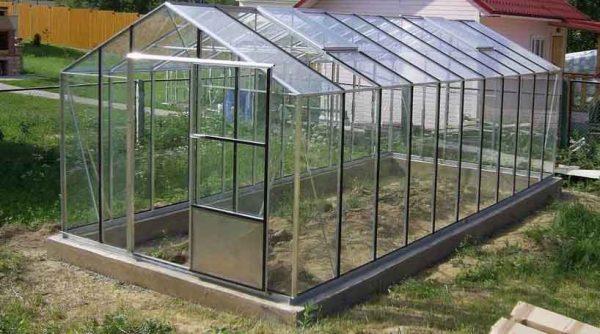 Теплица со стеклянной крышей