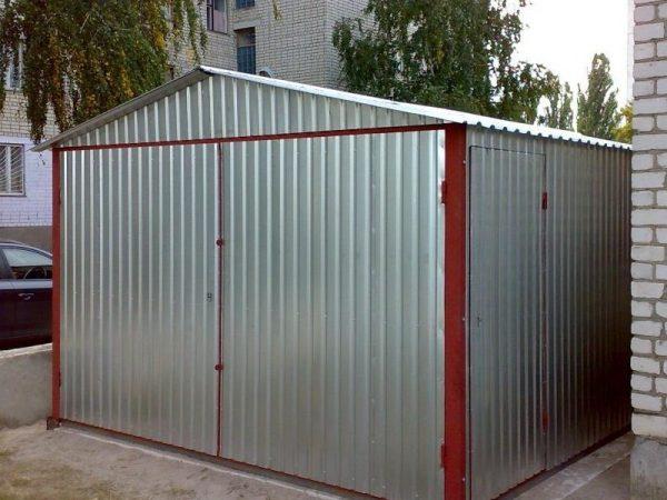 Простой металлический гараж-ракушка