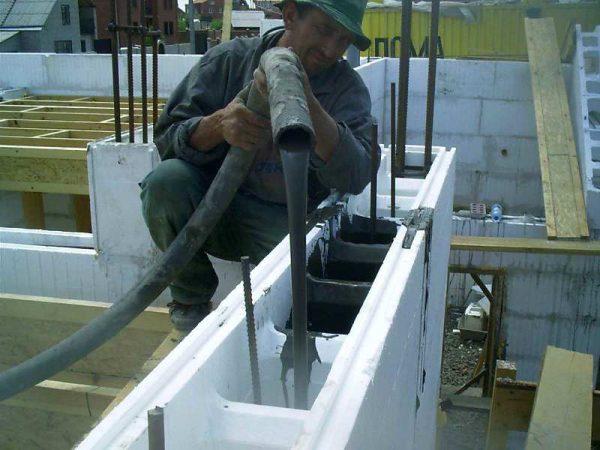 Заливка бетона в опалубку бетононасосом