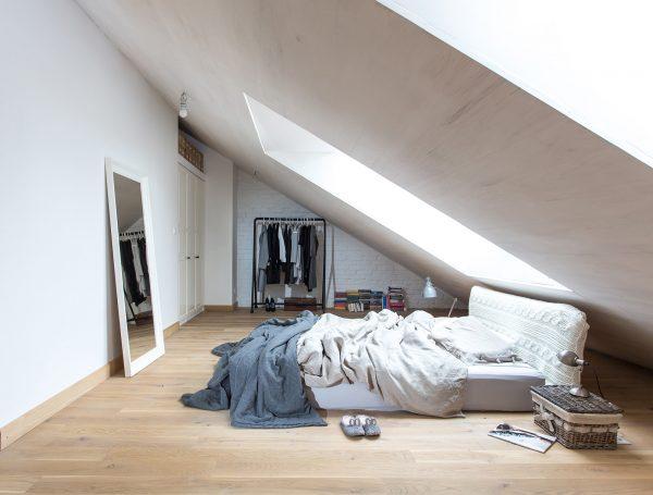 Небольшая спальня в мансарде с односкатной крышей