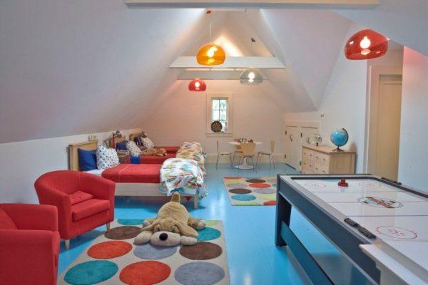 Детская комната в мансарде с ломаной крышей