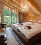 Спальня в мансарде с односкатной крышей