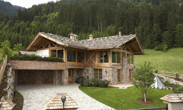 Альпийский домик с контрастной отделкой