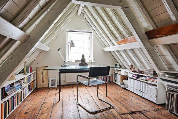 Стильный рабочий кабинет в мансарде с двускатной крышей