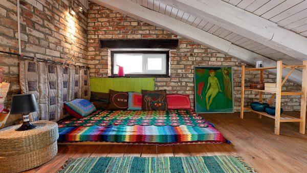 Яркий дизайн мансарды под оноскатной крышей