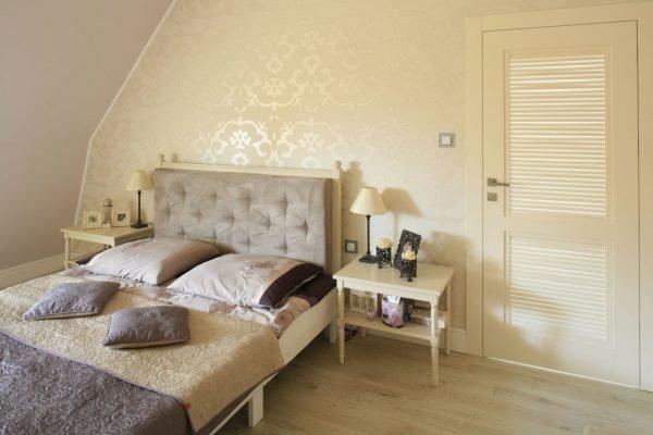 Светлые обои с неброским рисунком в дизайне спальни