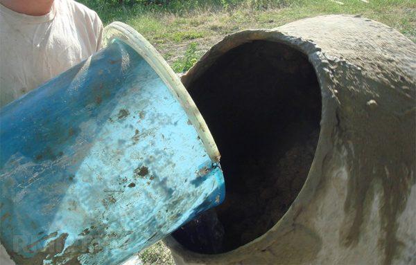 Заливка воды в бетономешалку